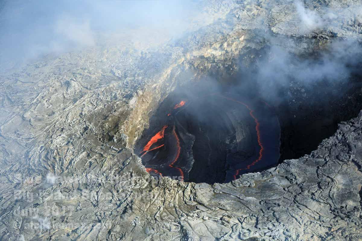 プウ・オオ火口内の溶岩湖