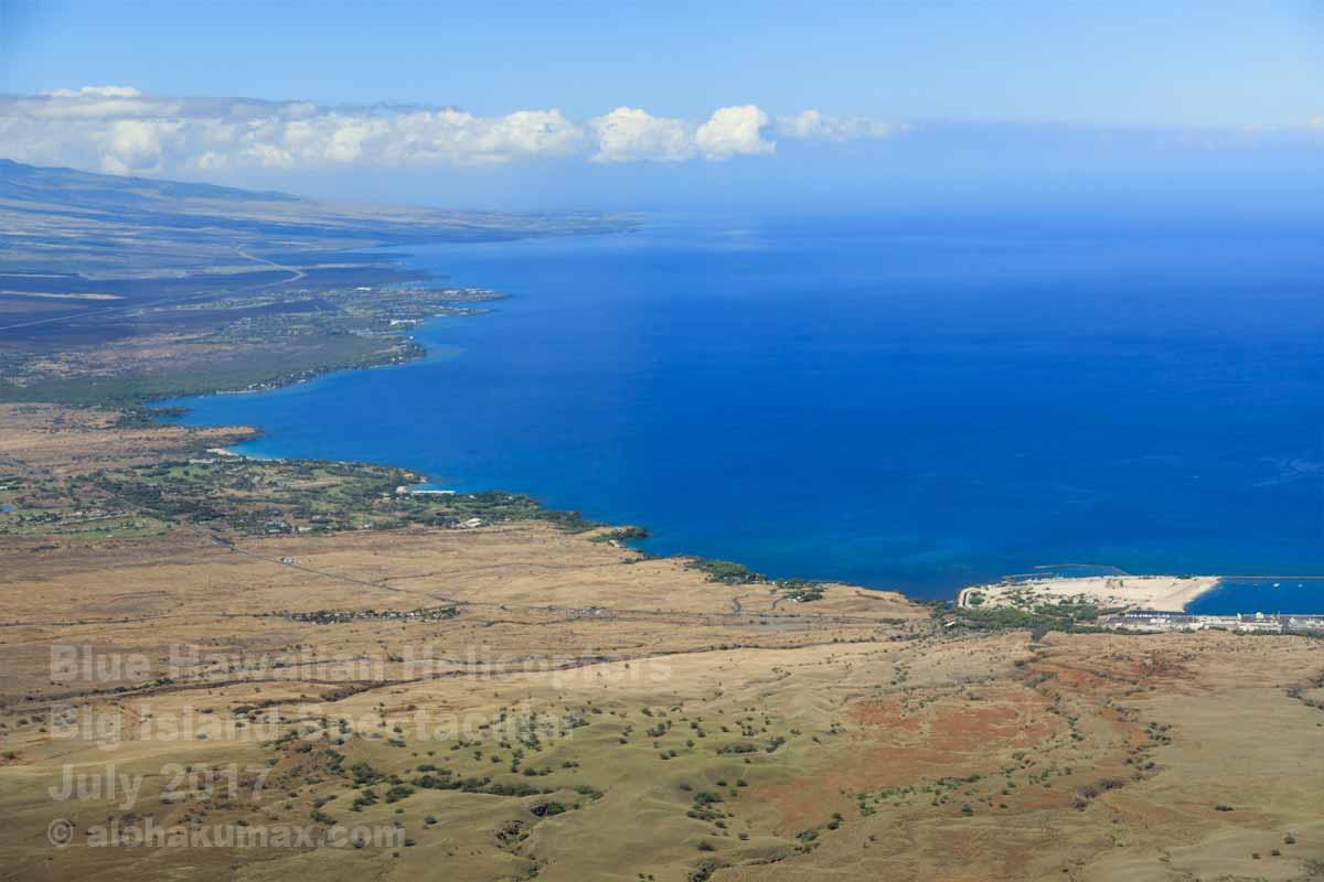海岸線に見えるカワイハエ港とマウナ・ケア・リゾート