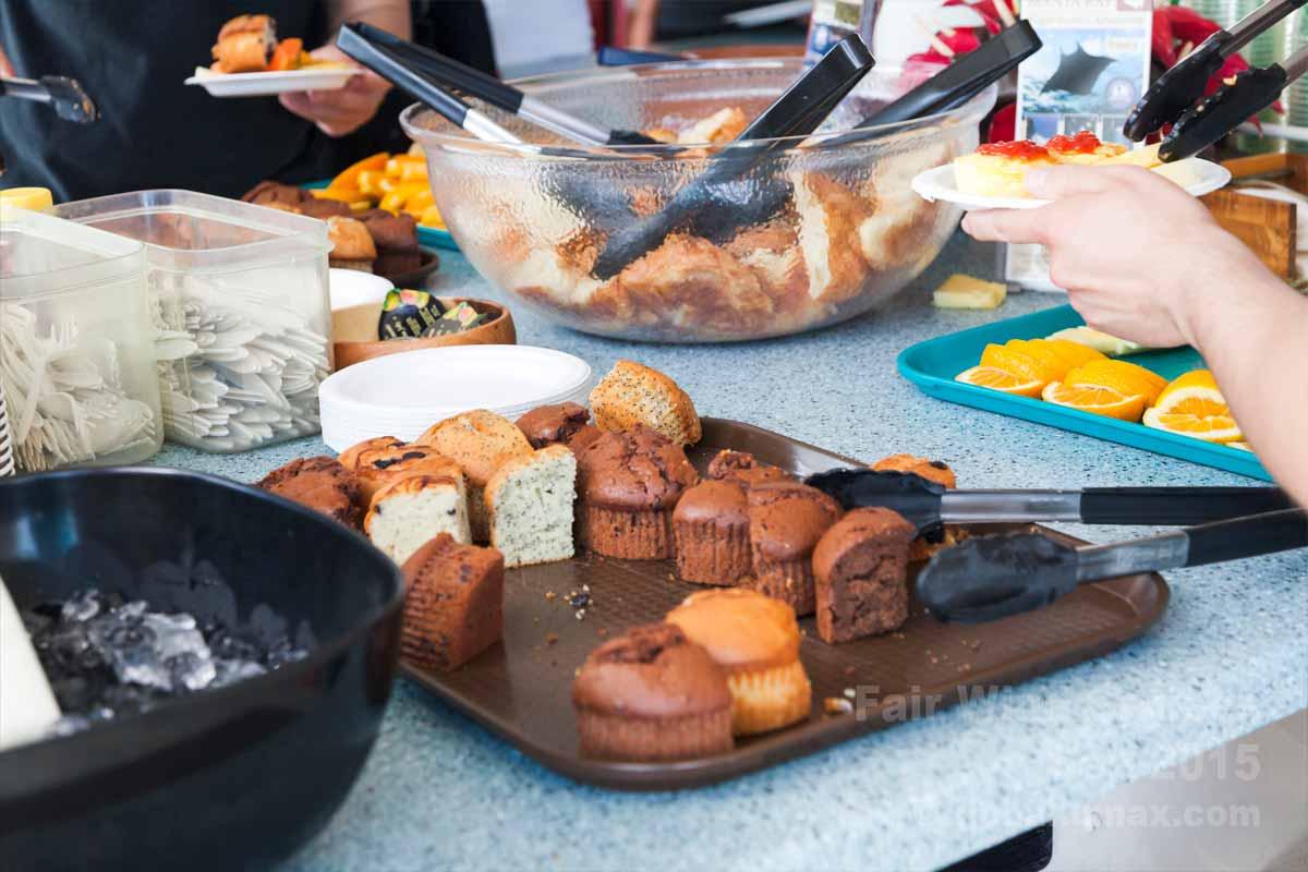 朝食のマフィンとフルーツ