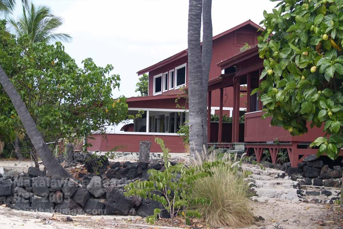 ビーチの脇にある赤い家