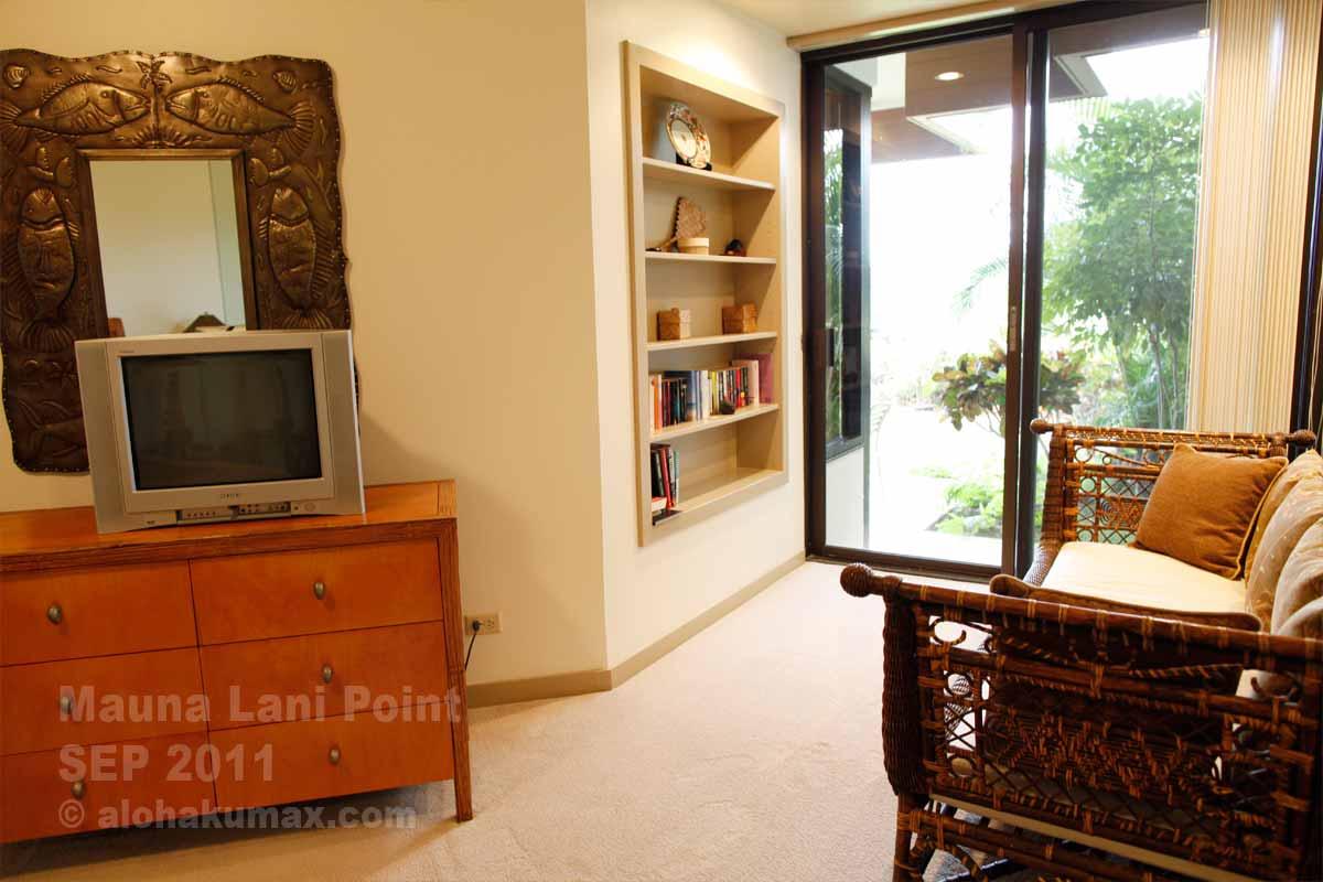 ベッドルームのソファと書棚