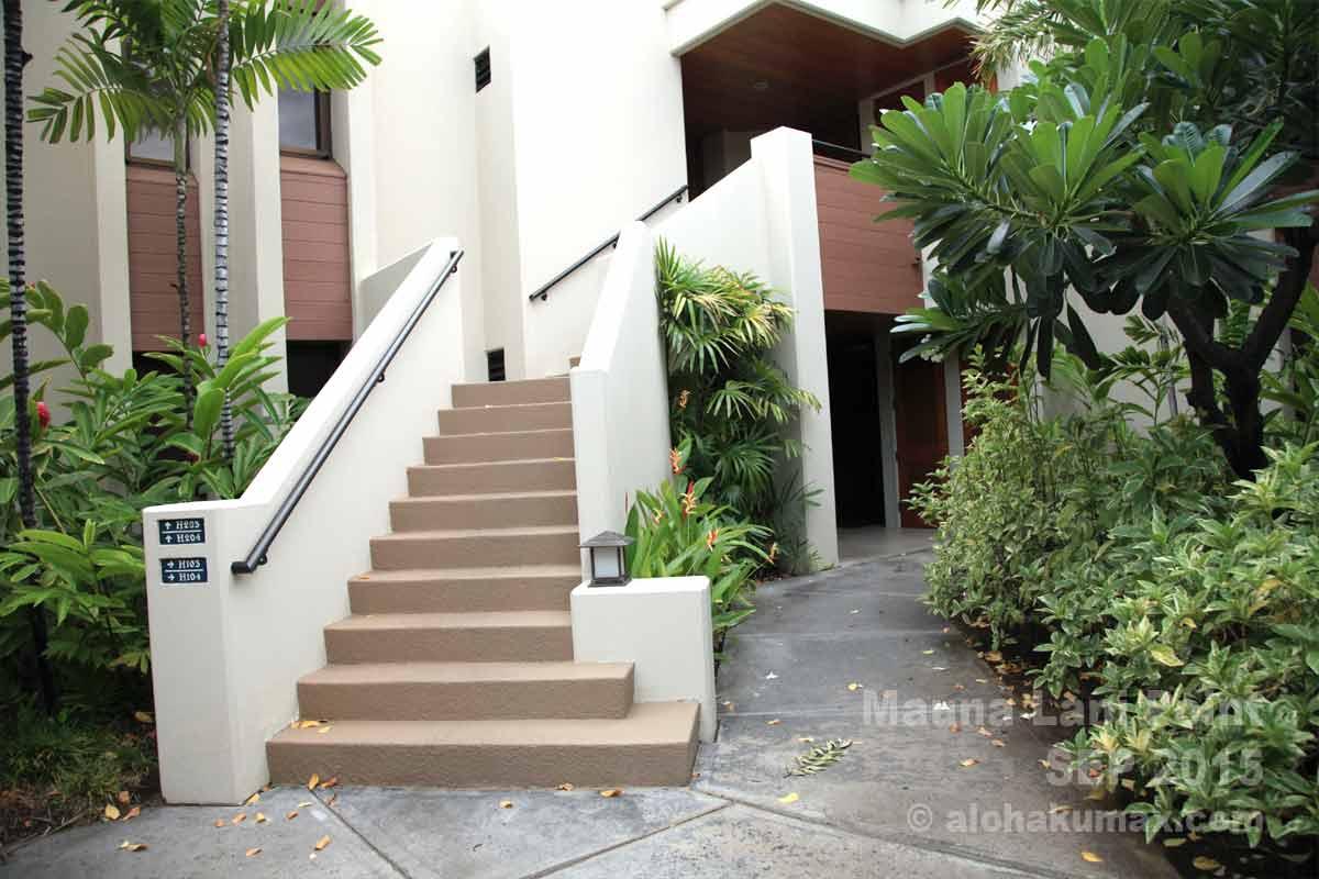 1階は階段の奥へ