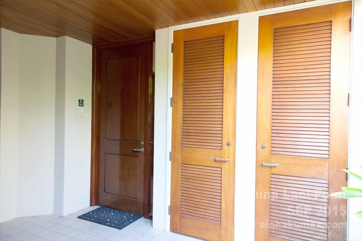 奥のドアがお部屋の扉