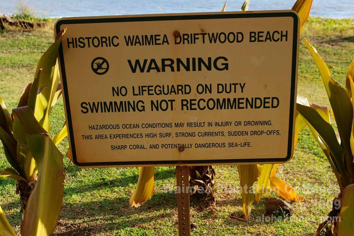 ホテル前のビーチの注意書き