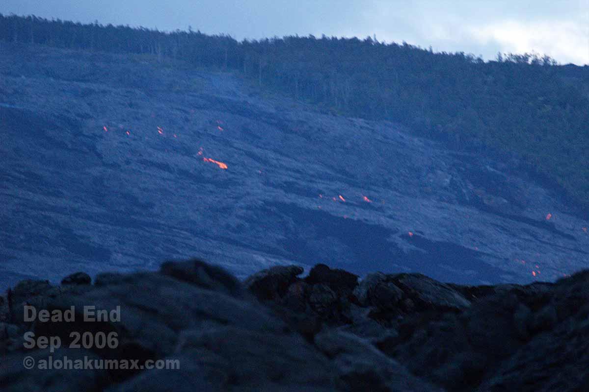 山肌にも赤い溶岩