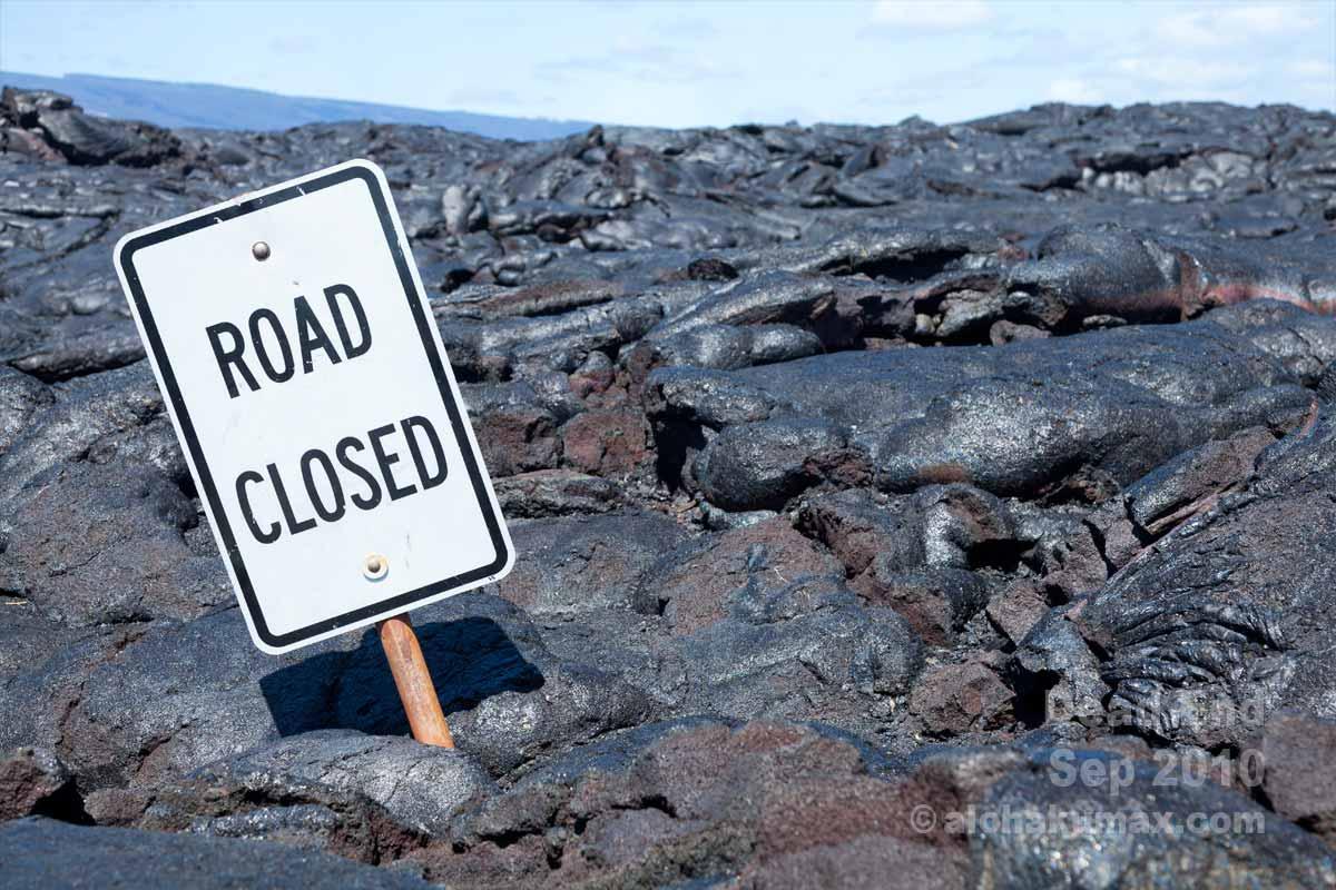 象徴的な標識「ROAD CLOSED」