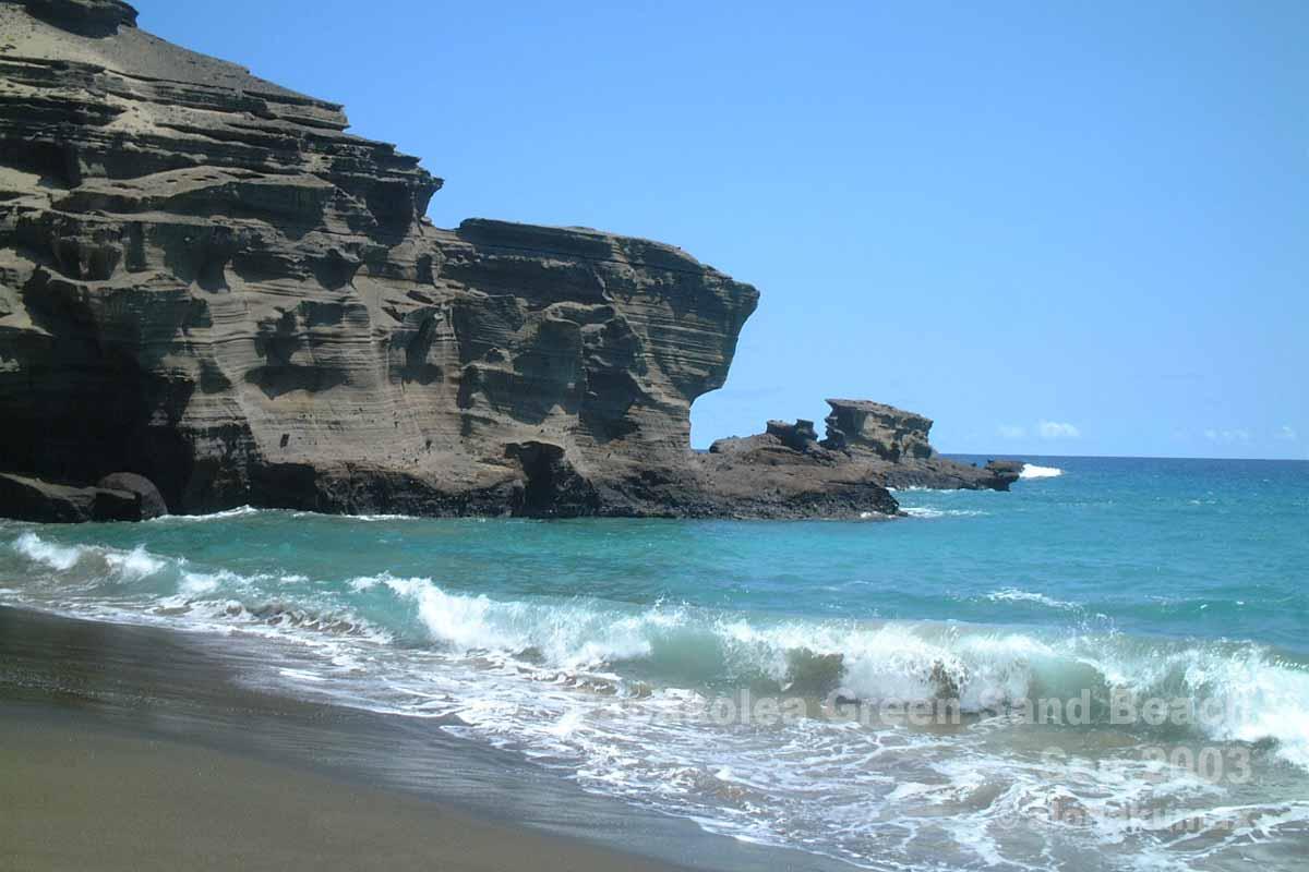 崖に囲まれたビーチ