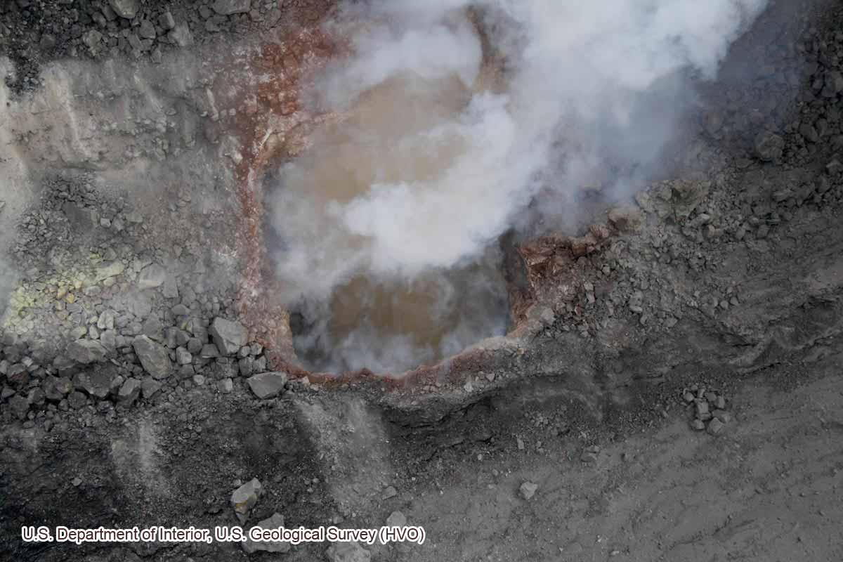 ハレマウマウ火口内に形成されたクレーター(2008年3月19日)