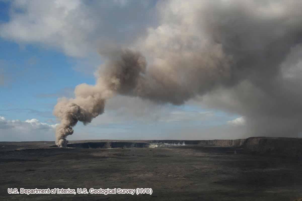 噴煙を吐くハレマウマウ(2008年3月24日)