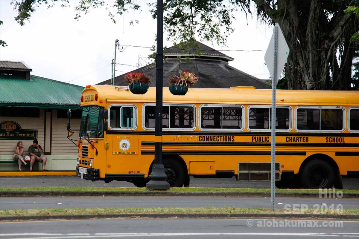 スクールバスは何故かヒロの町に似合う