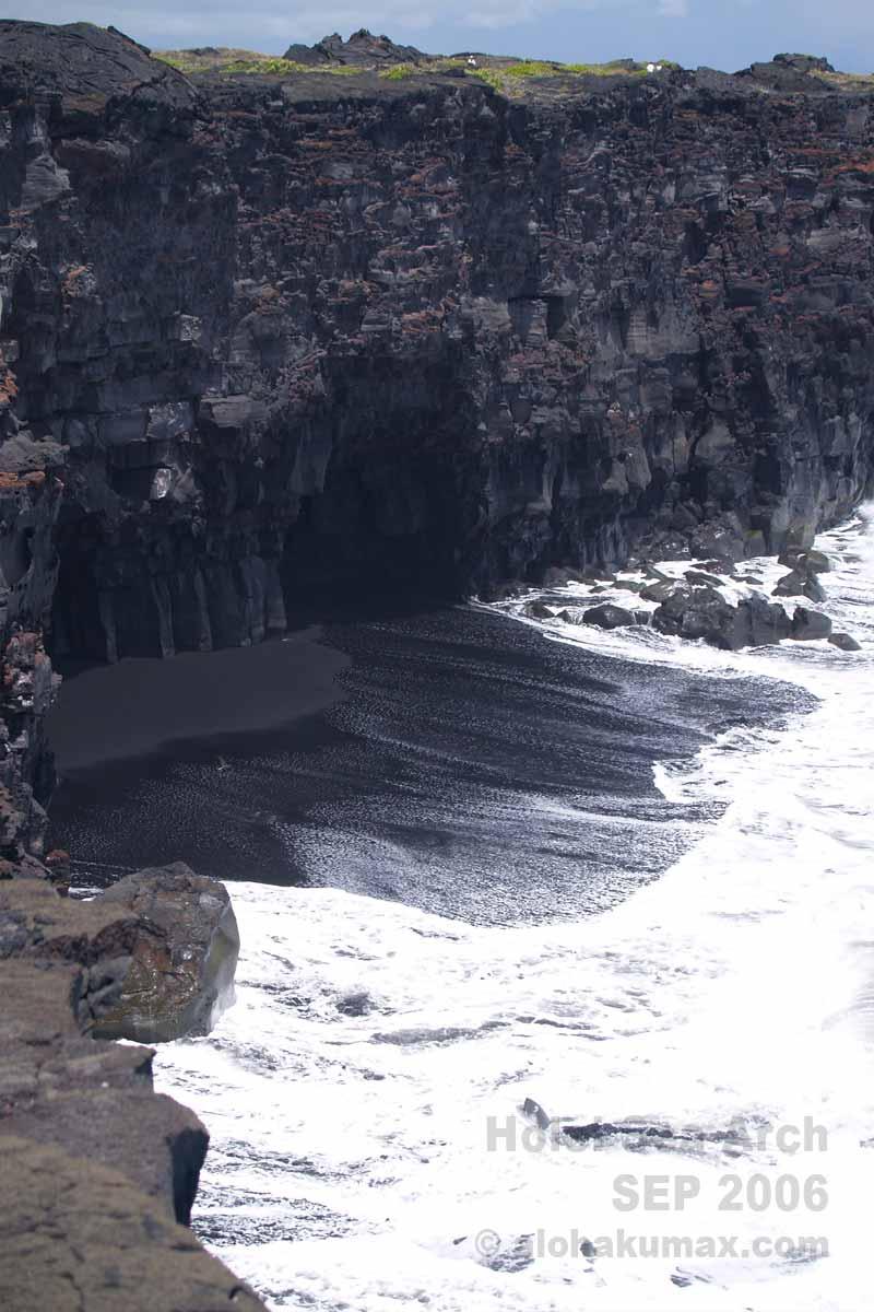 洞穴と黒砂の海岸