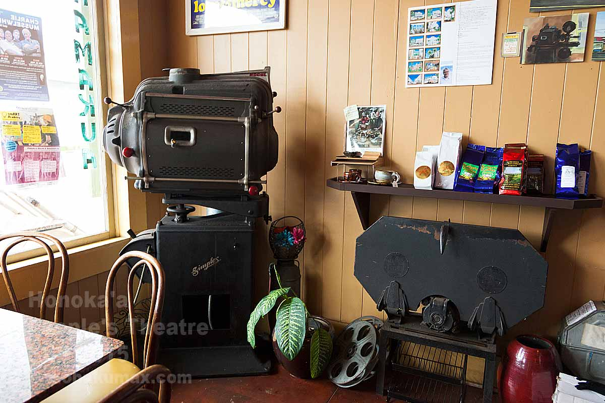 カフェの一角に置かれた映写機