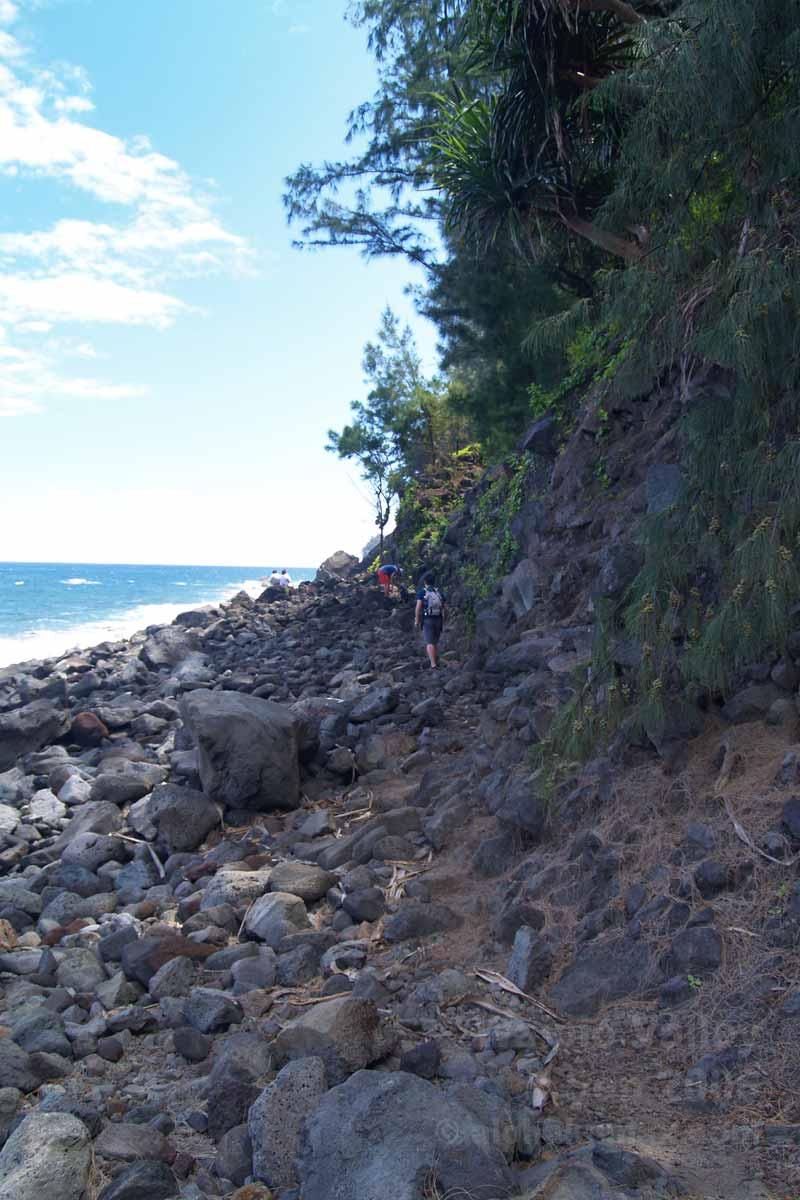 ビーチ沿いを進む
