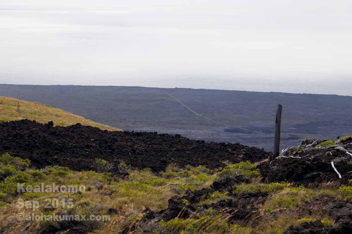 溶岩の中に伸びるチェーンオブクレーターズロード