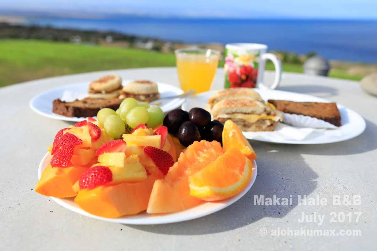 朝食のフルーツ盛りとマフィンのサンドイッチ(2名分)