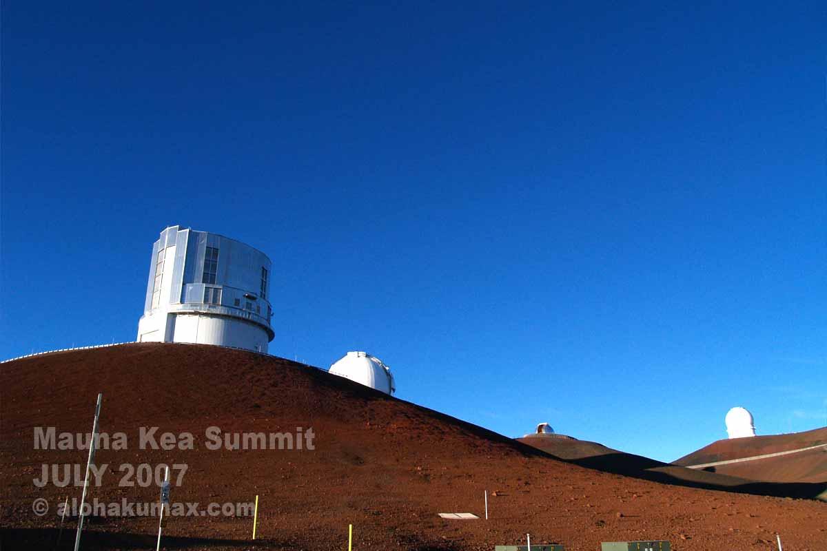 左端の望遠鏡が日本の「すばる望遠鏡」