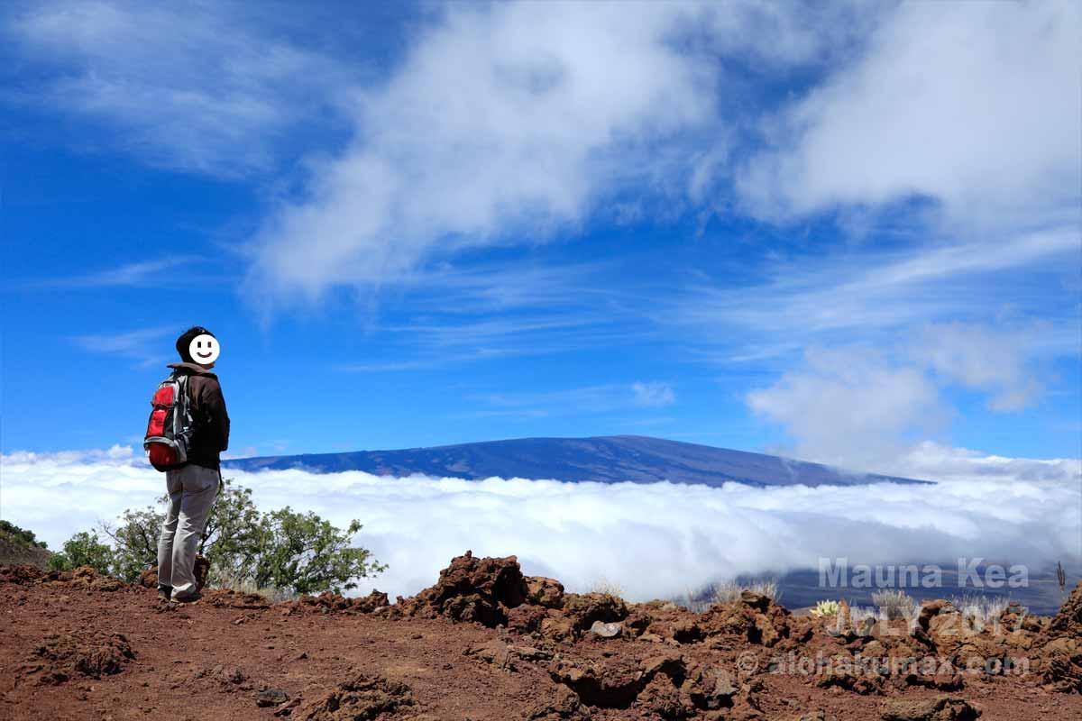雲海の向こうに見えるマウナロア