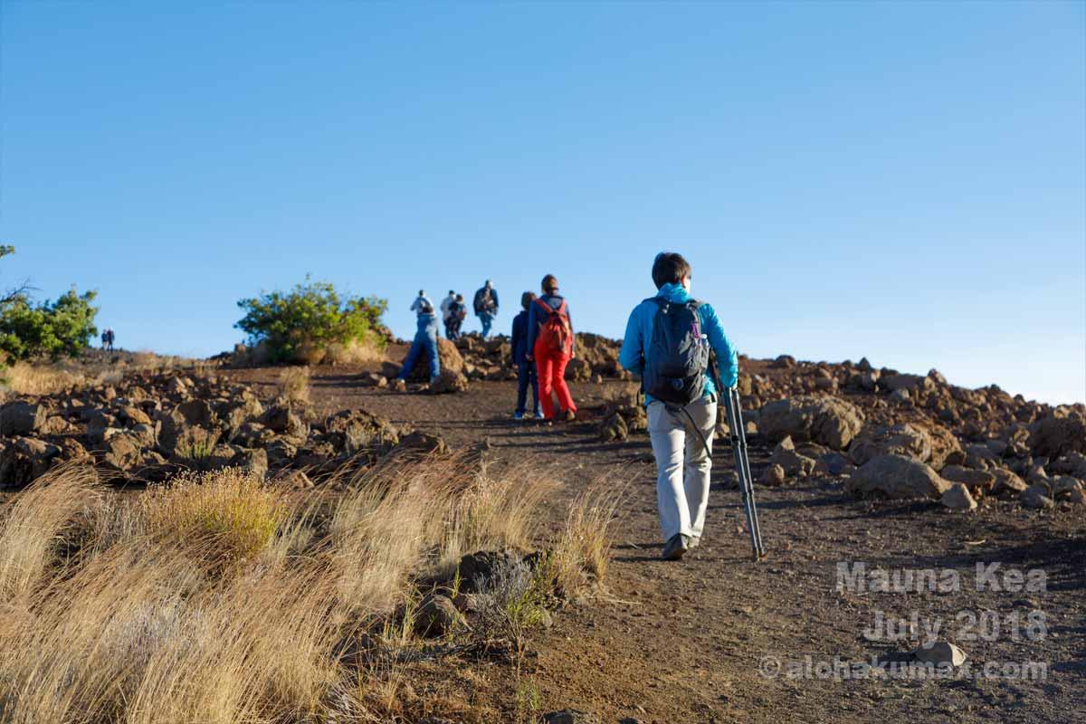 頂上を目指す観光客