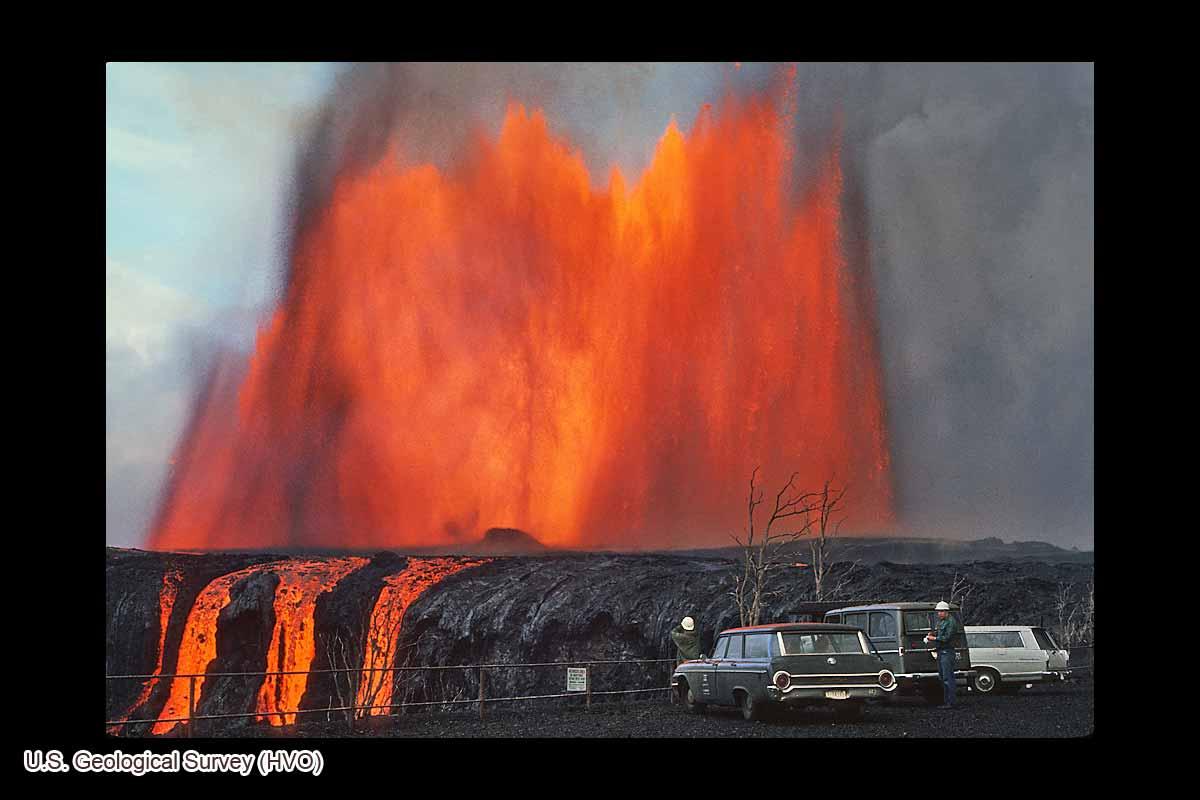 溶岩を噴き上げるマウナウル(1969年12月30日)