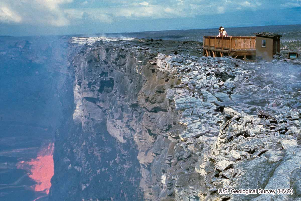 噴火口のすぐ上にある展望台(1973年3月22日)