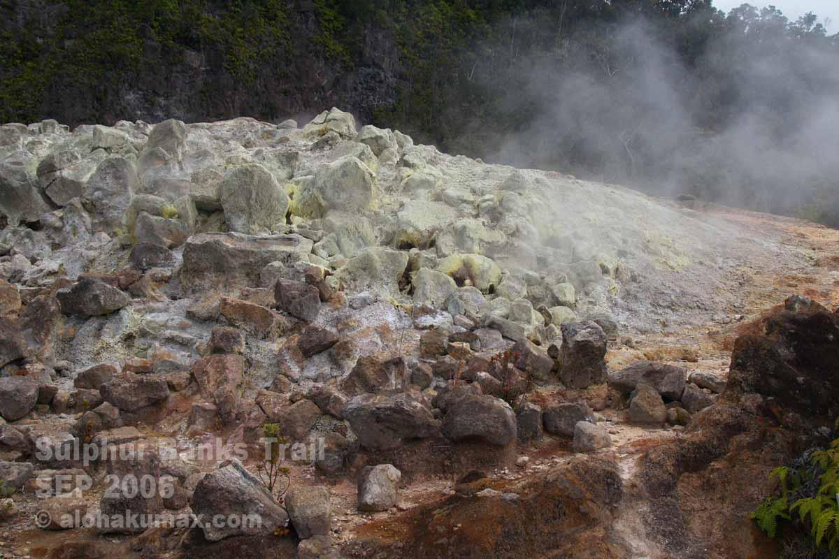 硫黄でクリーム色に染まった岩