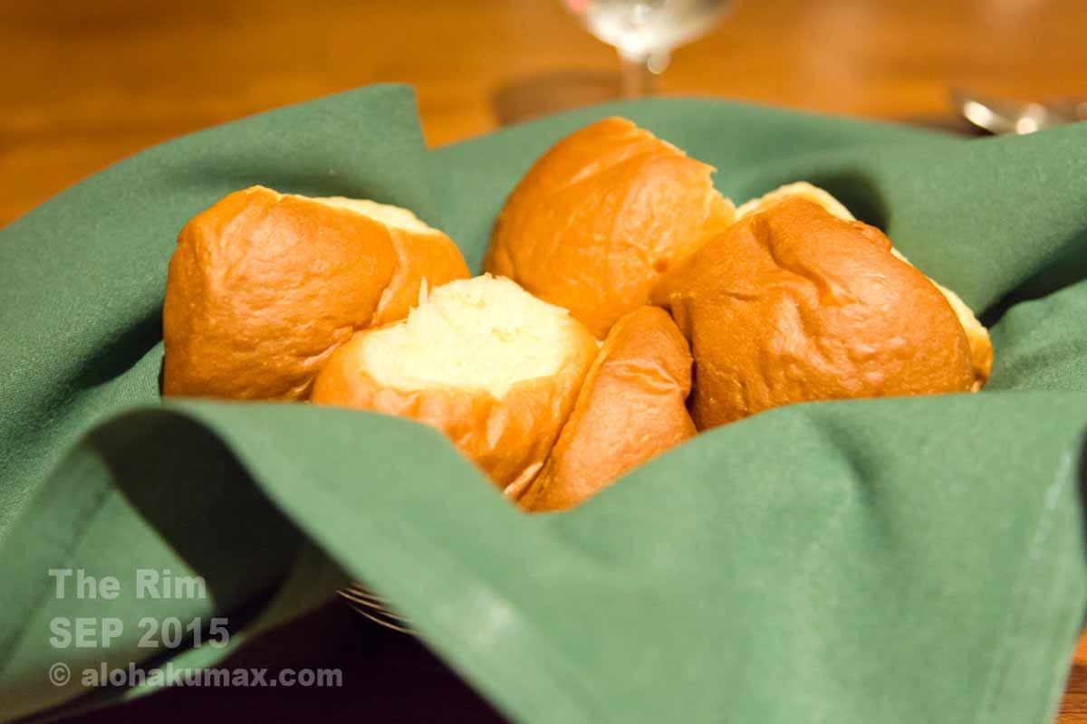 メインディッシュにサーブされるパン