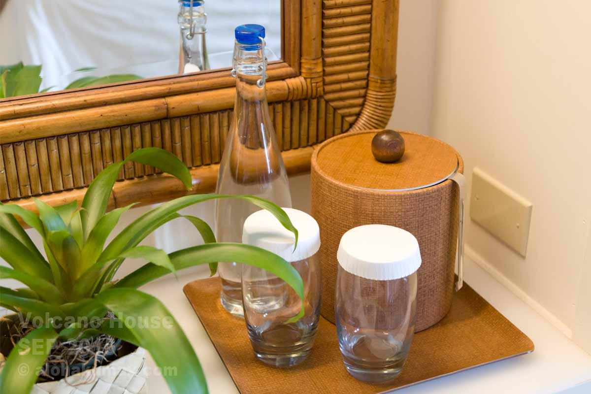 ボトルの水&グラス&アイスペール