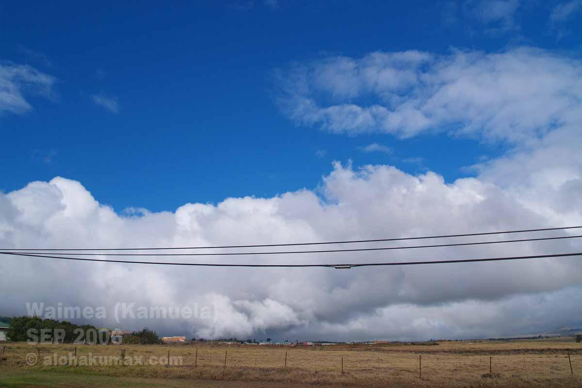 雲に飲まれているワイメアの町