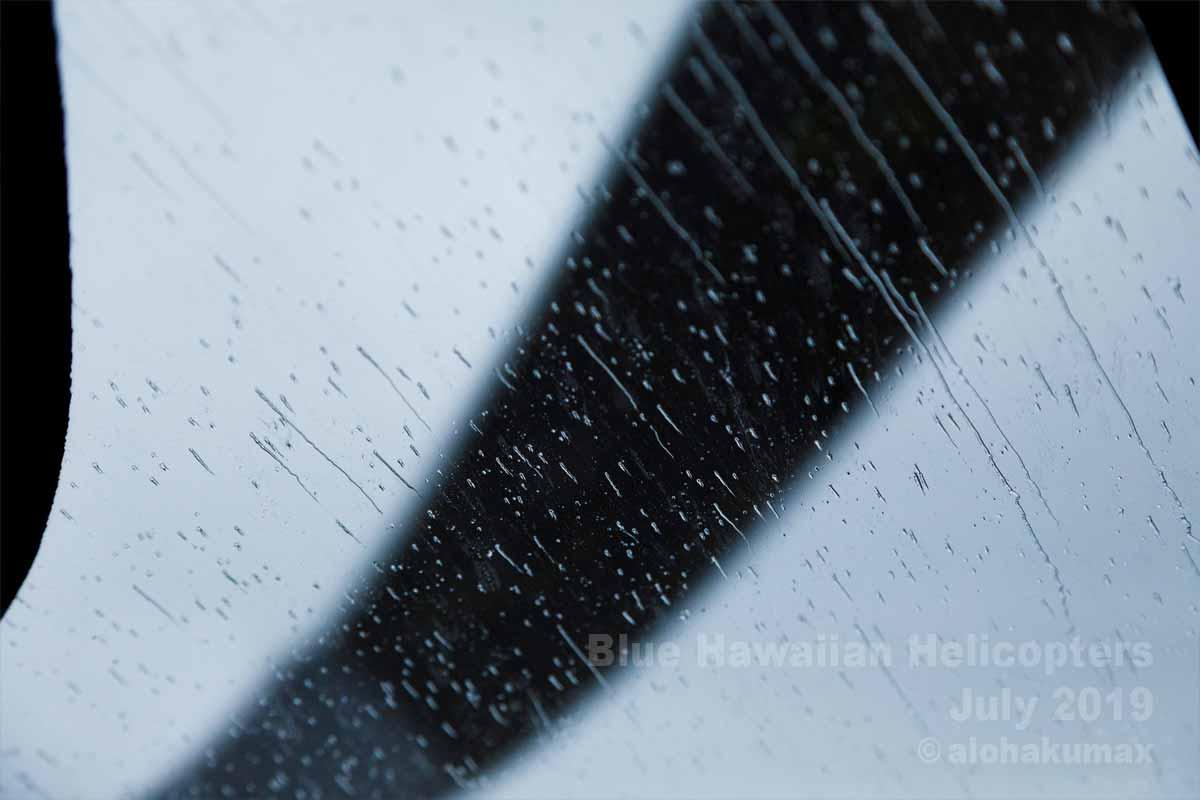 機体を流れる雨