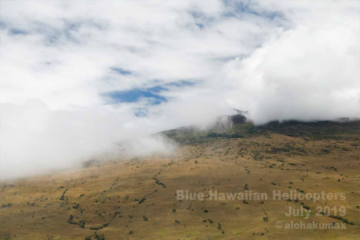 雲の切れ目からマウナ・ケア