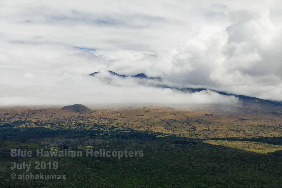 雲に隠れているマウナ・ケア