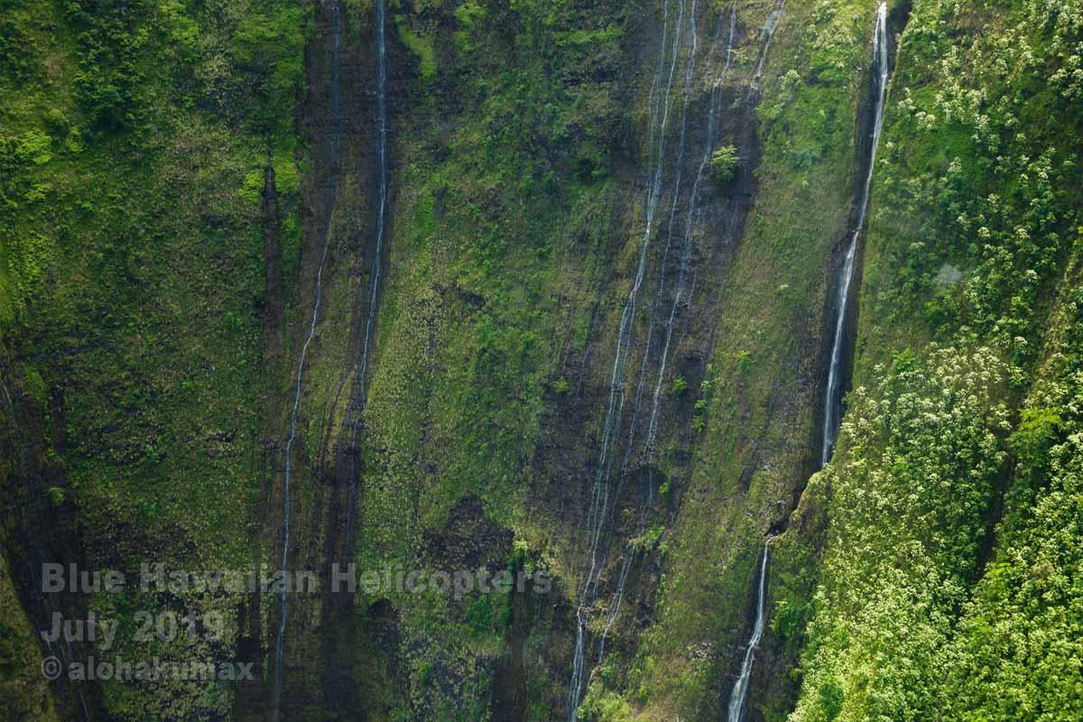 絶壁に流れる滝