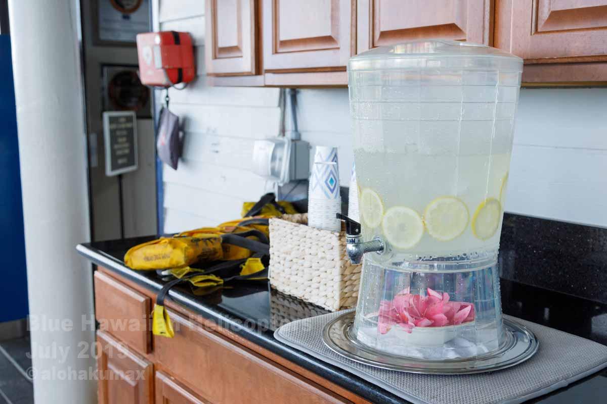レモン入りの水