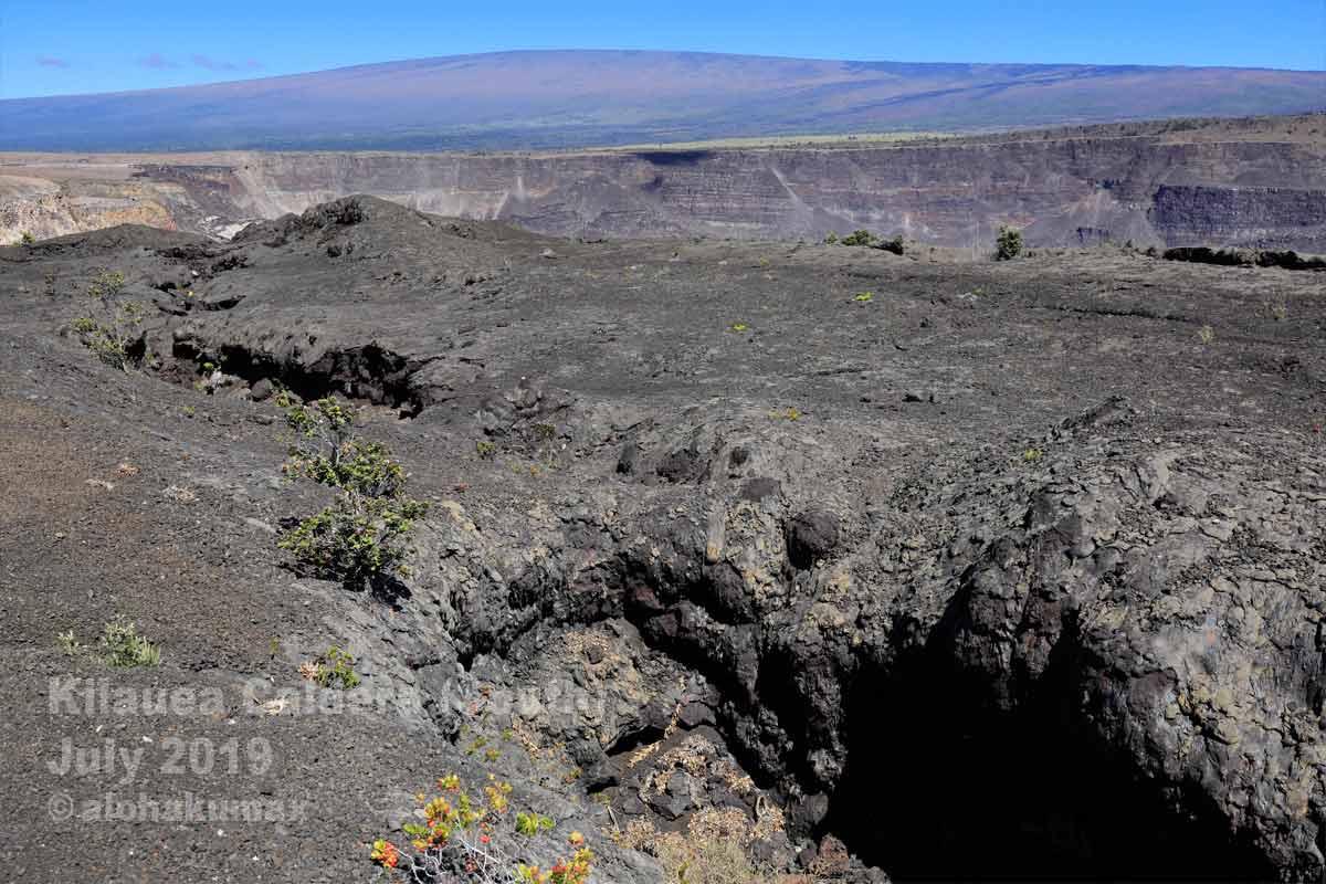 周遊路からの眺め(割れ目噴火口とカルデラの断崖、そしてマウナロア)