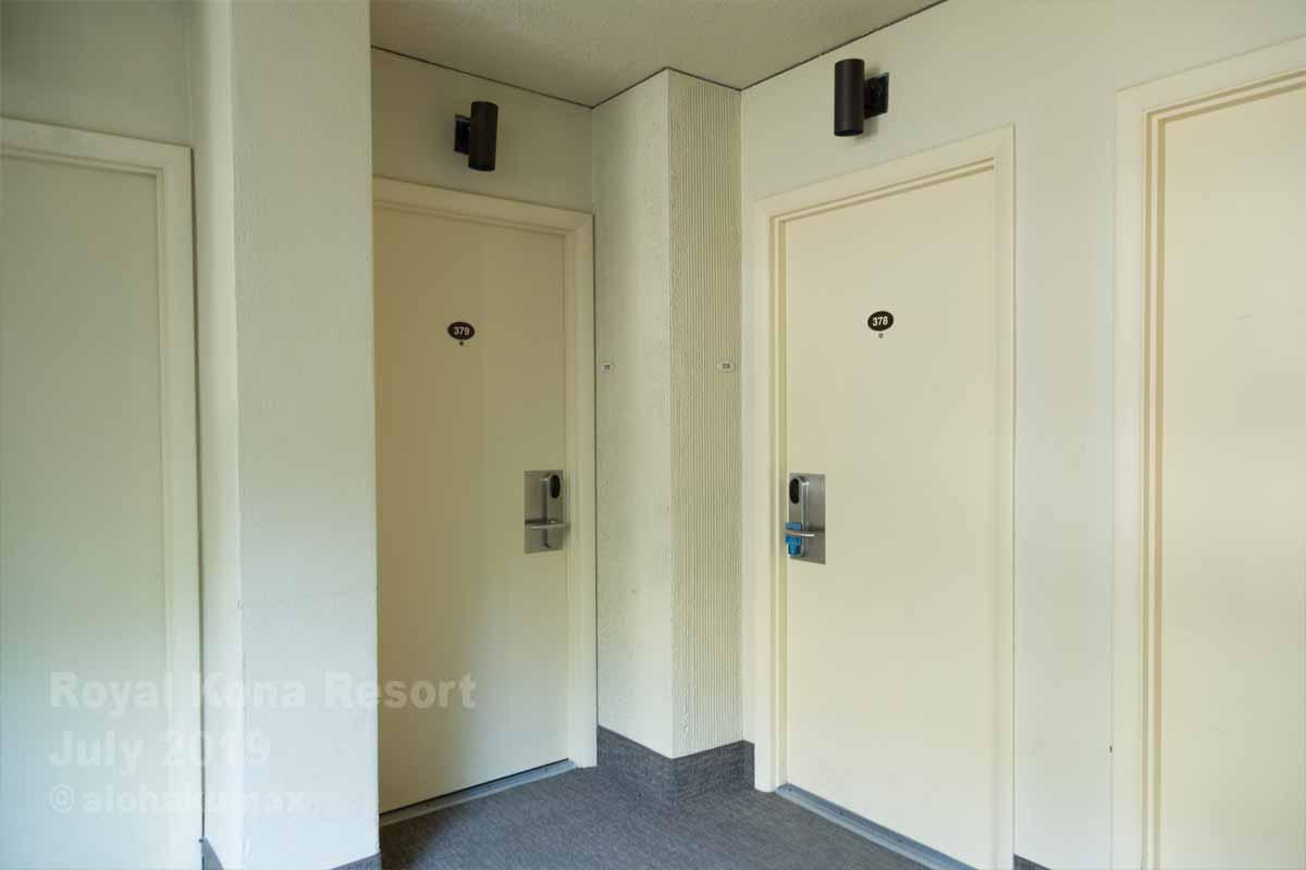 379号室(左側のドア)