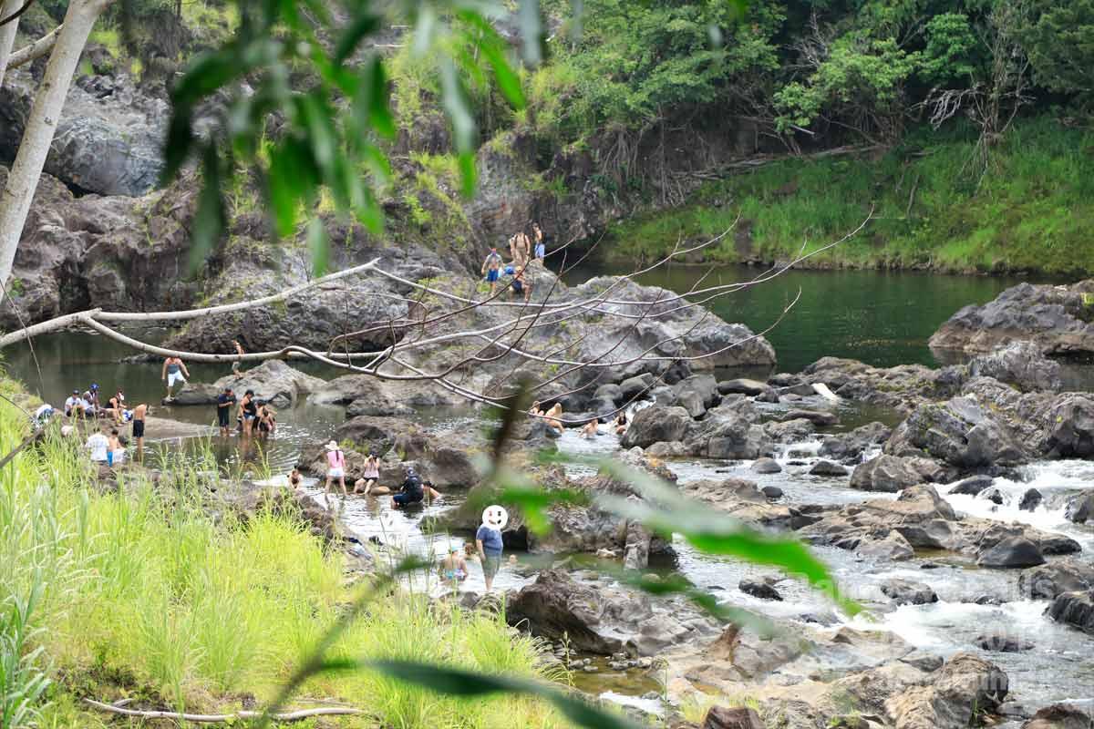 ワイルク川で遊ぶ人々